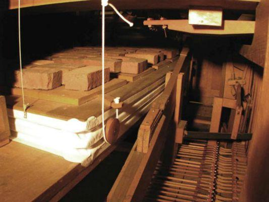 Air-bellow-with-brick-return-weights-Levers-on-right-come-from-organ-console